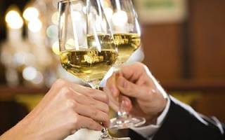К чему снится пить белое вино сонник