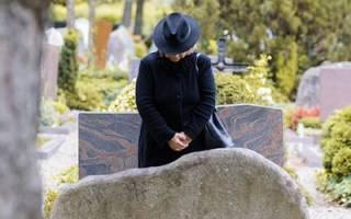К чему снится смерть уже умершего родственника сонник